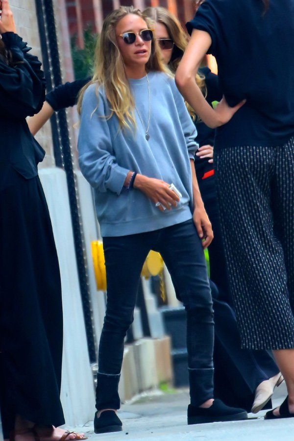 Mary-Kate Olsen - moletom azul e jeans - olsen twins - inverno - street style
