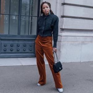 Veludo cotelê: como usar a calça mais trendy desse inverno