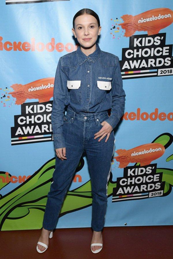Millie Bobby Brown - calça mom jeans - mom jeans - inverno - street style