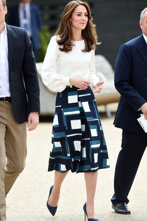 Kate Middleton - saia midi e camisa - saia midi - meia-estação - street style