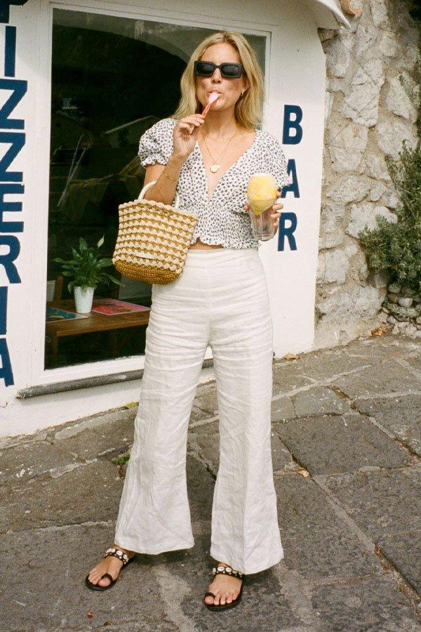 Lucy Williams - calça branca e sandália - sandália aberta - verão - street style