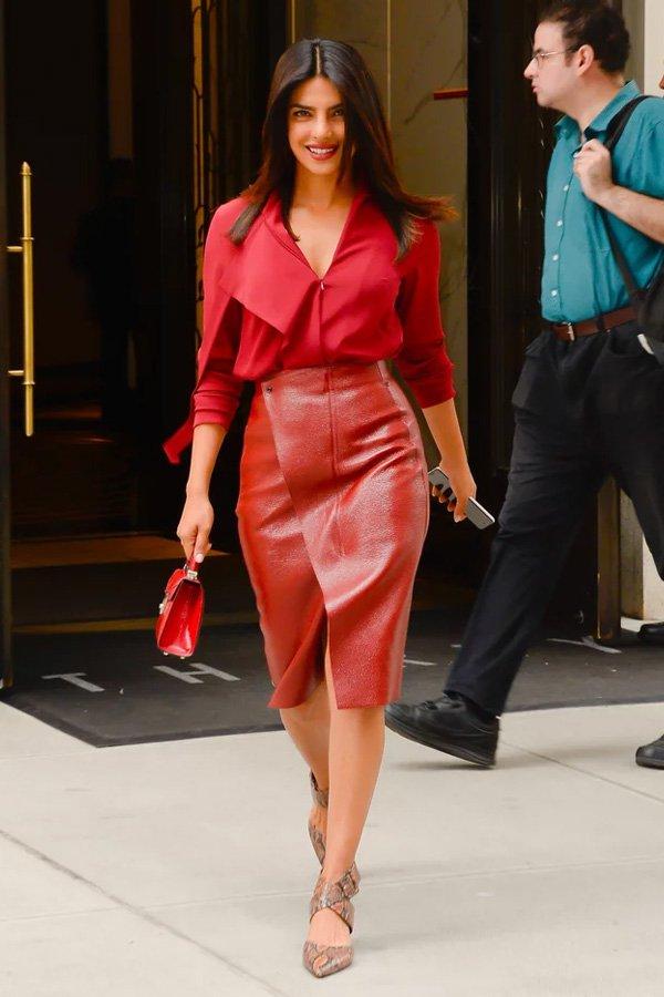 Priyanka Chopra - office look saia midi e camisa - saia midi - meia-estação - street style
