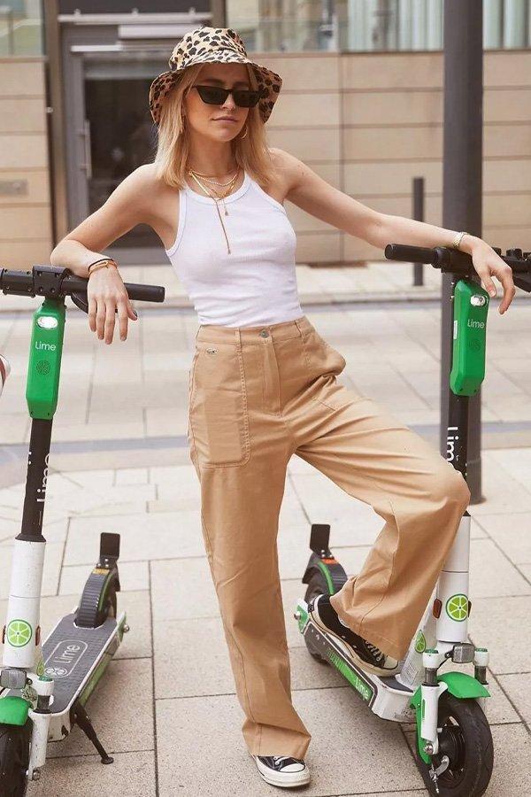 Caroline Daur - regata e calça bege - regata branca - verão - street style
