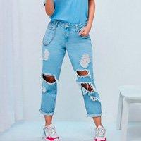 calça jeans feminina mom destroyed com corrente azul claro