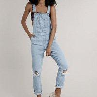 macacão jeans feminino relaxed com rasgos azul claro