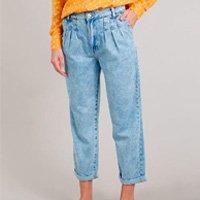 calça jeans feminina mom com pregas azul médio