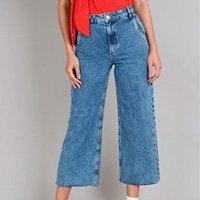 calça jeans feminina pantacourt com barra desfiada azul médio