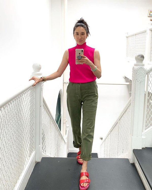 Eva Chen - blusa-rosa-calça-verde - rasteiras - verão - street-style
