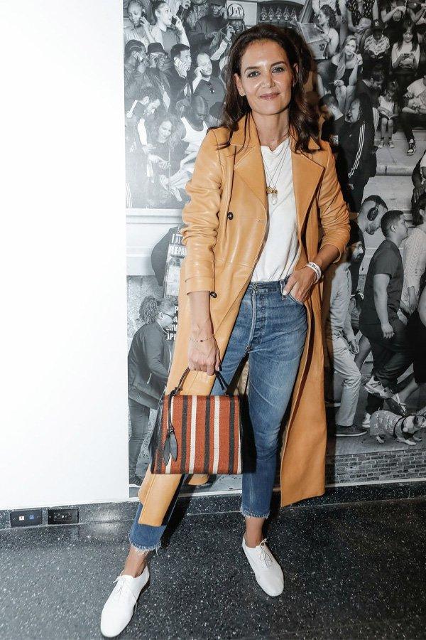 Katie Holmes - jeans e tênis branco - tênis branco - verão - street style