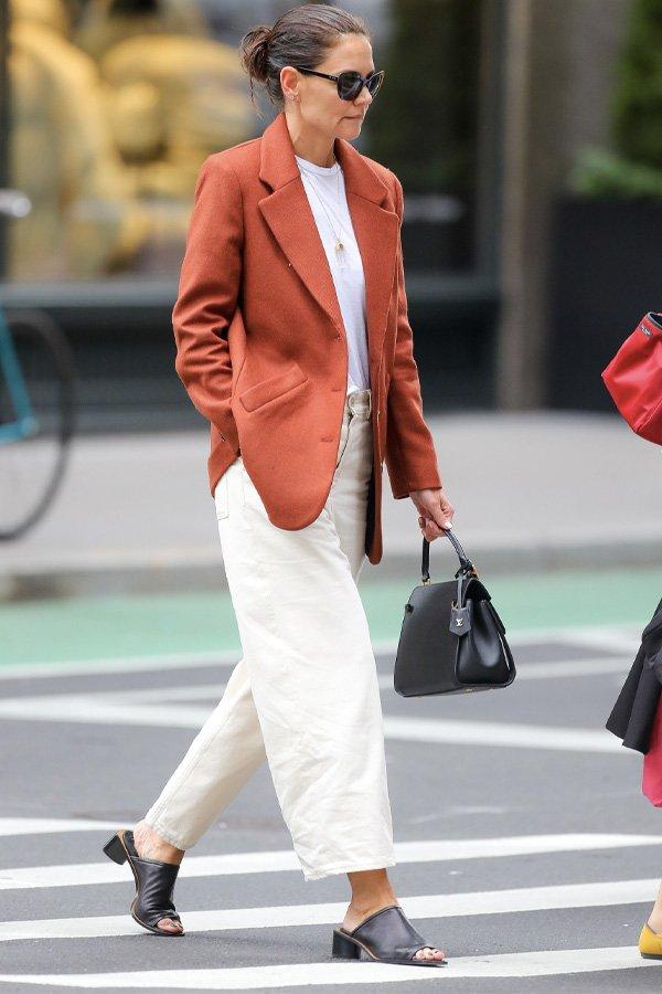 Katie Holmes - calça off white e blazer laranja - all white - verão - street style