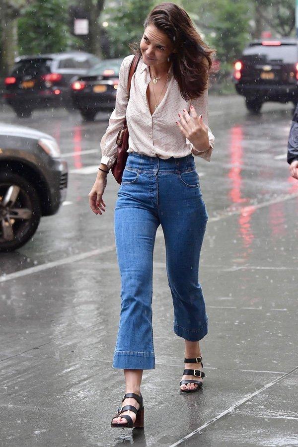 Katie Holmes - calça flare - flare - verão - street style