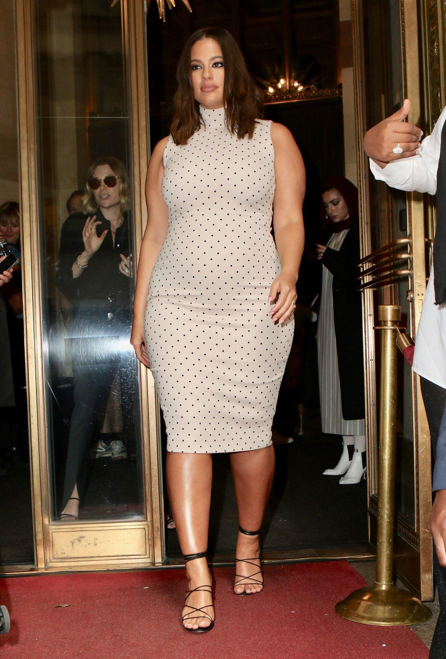 Ashley Graham - Vestido poá - Gravidez - Primavera - Street Style