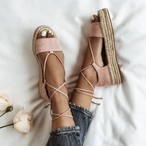 Deu corda: 7 formas infalíveis de usar a sandália que é cara do verão
