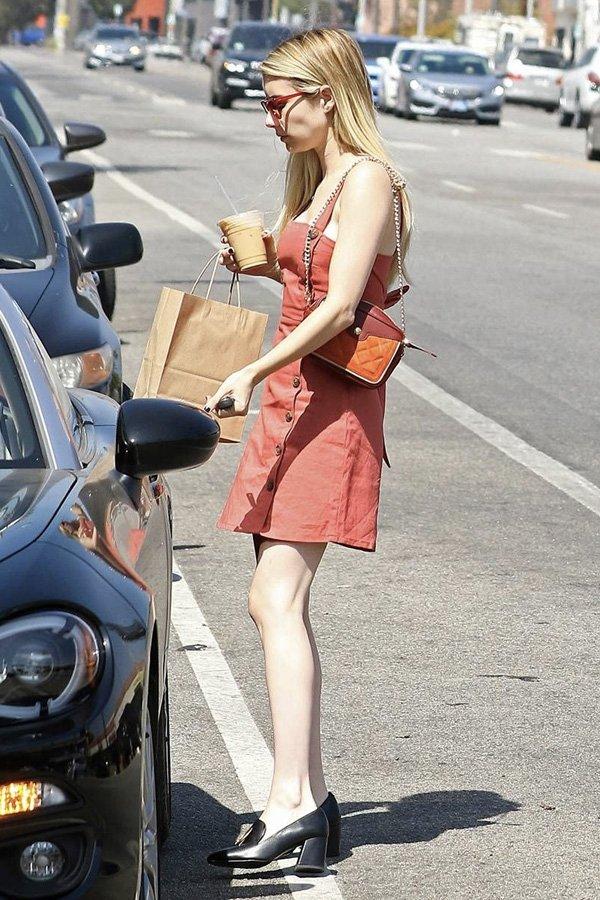 Emma Roberts - mocassim de salto - sapato loafer - verão - street style