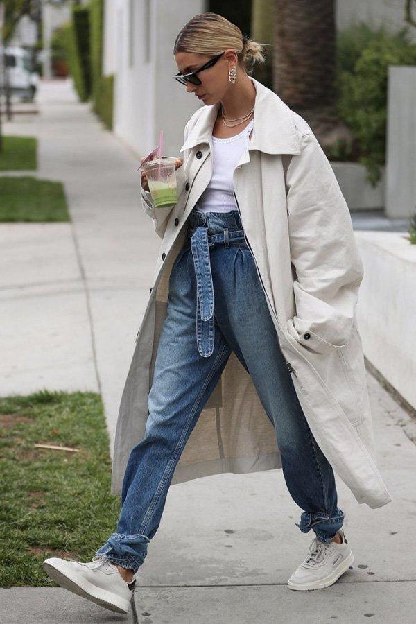 Hailey Bieber - casaco - trench coat - verão - street style