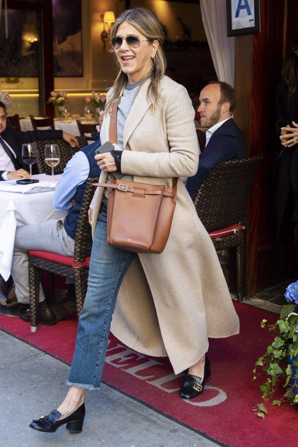 Jennifer Aniston - mocassim de salto - sapato loafer - verão - street style