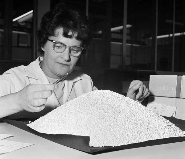 mulher - pilula - anticoncepcional - outono - 1960 - https://stealthelook.com.br