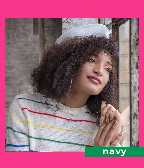 Indya Moore - suéter - listras - outono - Pose - https://stealthelook.com.br
