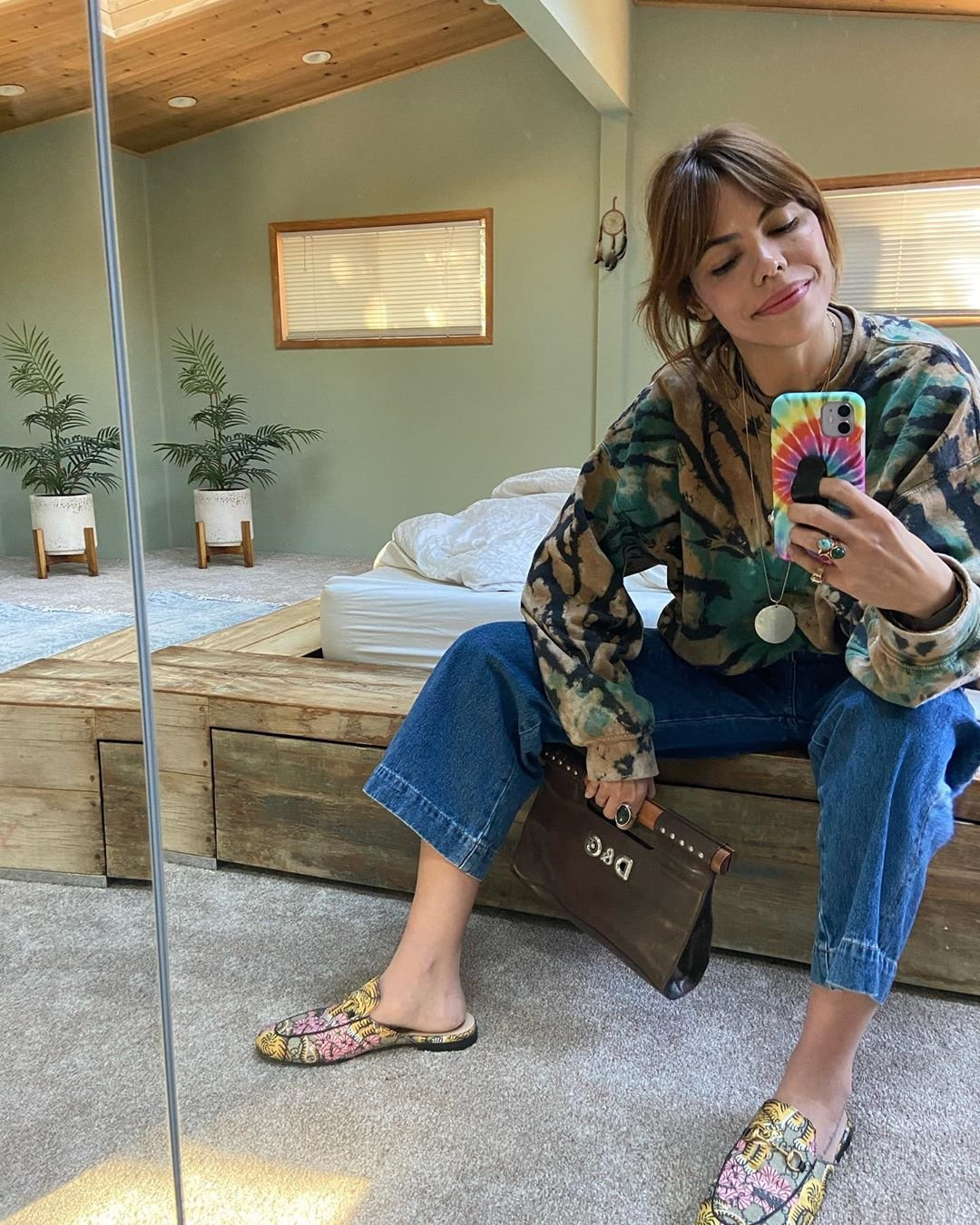 It girls - Curtain bangs - Cortes de cabelo - Inverno - Street Style - https://stealthelook.com.br