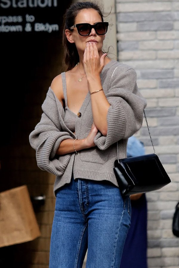 Katie Holmes - tricot básico - cardigans e suéteres - inverno - street style - https://stealthelook.com.br