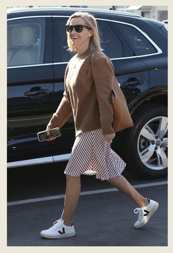 Reese Witherspoon - Tênis vert - Tênis vert - verão - street style  - https://stealthelook.com.br