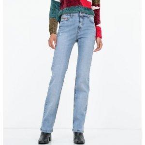 Calça Jeans Reta com Aplicação de Material Sintético