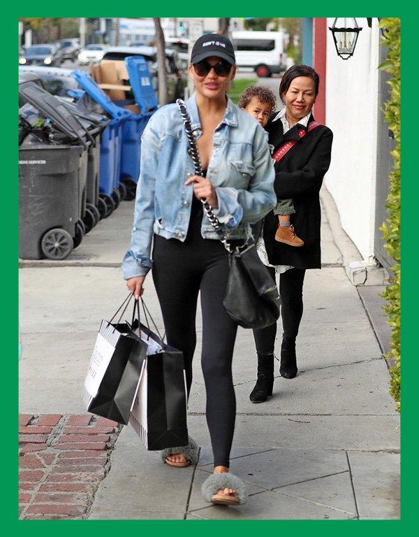 Chrissy Teigen - calça legging - calça confortável - verão - street style - https://stealthelook.com.br