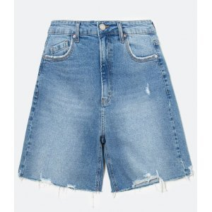 Bermuda Jeans Liso com barra desfiada e pequenos puídos