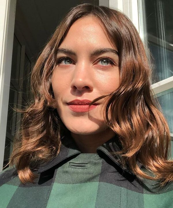 Alexa Chung - blusa verde - cortes de cabelo vintage - verão - Em casa - https://stealthelook.com.br