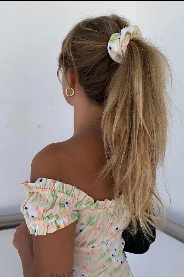 Matilda Djerf - blusa florida  - penteados de verão - verão - street style  - https://stealthelook.com.br