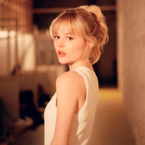 Emily Alyn Lind  - vestido-branco - gossip-girl -        - série - https://stealthelook.com.br