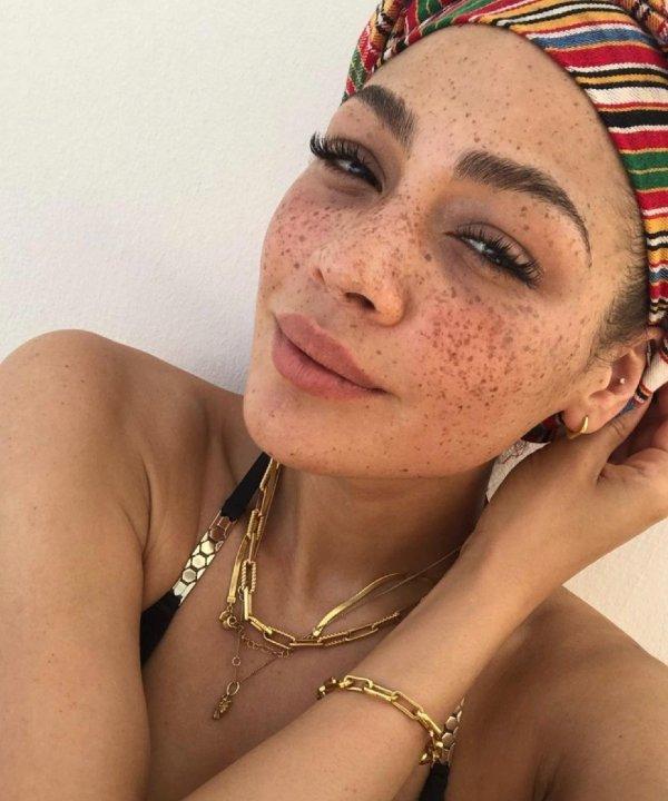 Julia Dalia - regata preta - tipos de blush - verão - Em casa - https://stealthelook.com.br