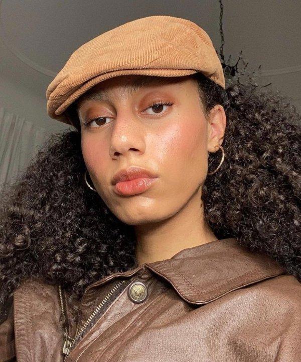 Nisa-miranda jones  - jaqueta marrom - tipos de blush - verão - Em casa - https://stealthelook.com.br