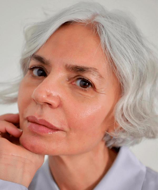 Grece Ghanem - blazer lilás  - cuidados com os cabelos grisalhos  - verão - Em casa - https://stealthelook.com.br