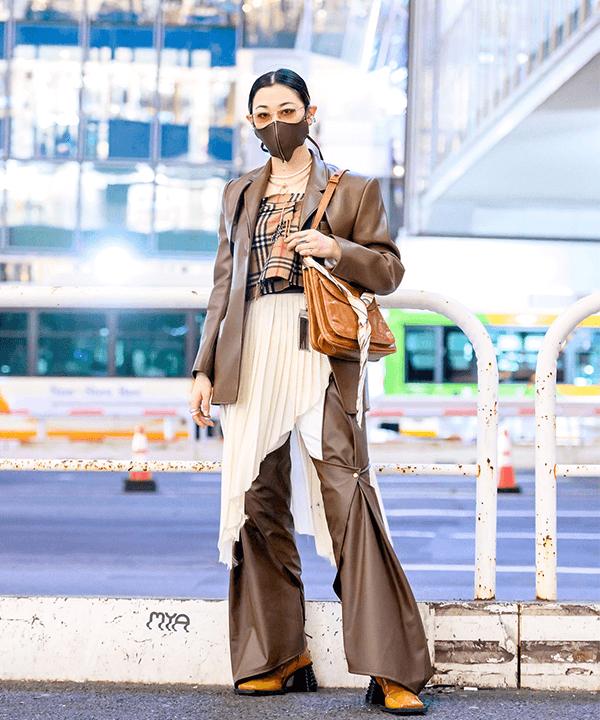 modelo asiática - calça com saia - street style tokio - inverno 2021 - tokio  - https://stealthelook.com.br