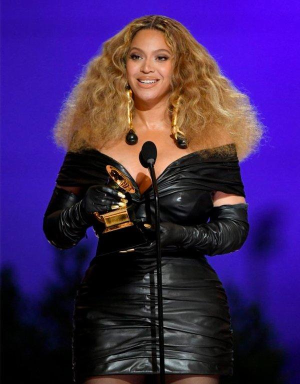 It girls - Beyonce - Grammy - Verão - Red Carpet - https://stealthelook.com.br