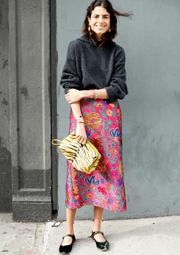 Modelo meia idade - Saia estampada, bolsa de tigre, sapatilha de veludo  - Sapatilhas - outono - brasil - https://stealthelook.com.br