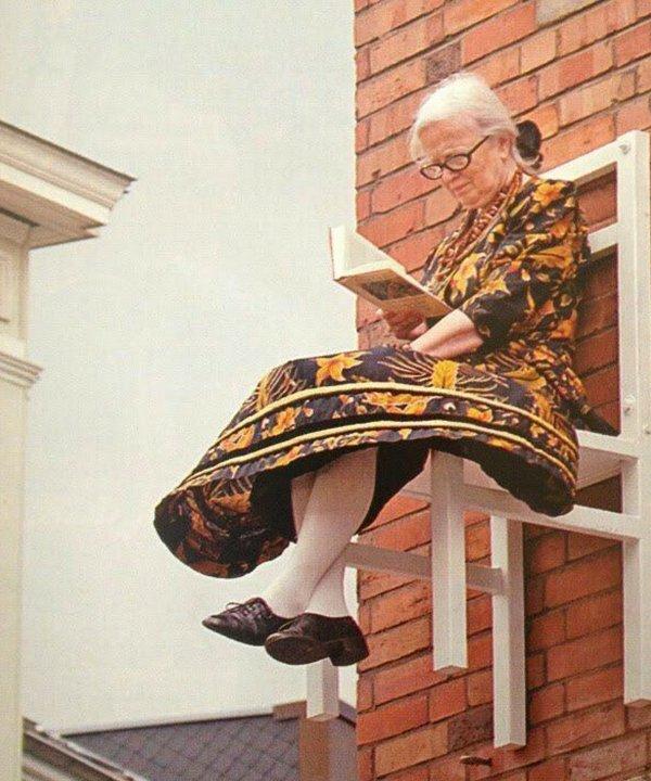 idosa lendo - vestido estampado - dia das mães - outono - brasil - https://stealthelook.com.br