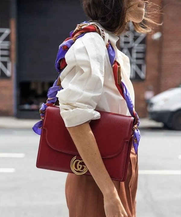 Leandra Medine - lenço no look - lenço na cabeça - outono - street style - https://stealthelook.com.br