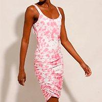 vestido feminino curto canelado estampado tie dye com franzido alça média rosa