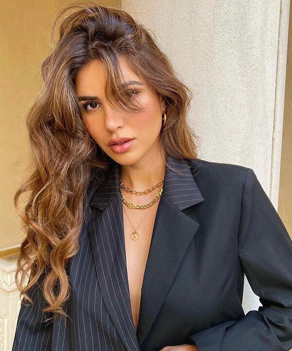 Negin Mirsalehi - cabelo ondulado blazer risca de giz - cronograma capilar - outono - brasil - https://stealthelook.com.br