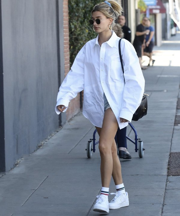 Hailey Bieber - roupas oversized - looks oversized - outono - street style - https://stealthelook.com.br