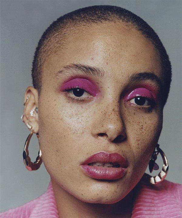 Adwoa Aboah - maquiagem rosa - relação com a beleza  - outono - brasil - https://stealthelook.com.br