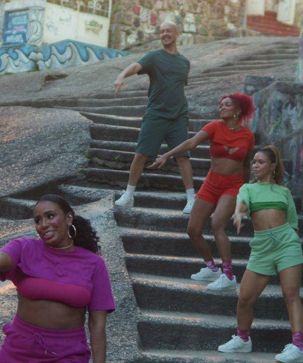 Alline e Arielle na gravação do clipe do Magalu - bailarinas da anitta - ballet da anitta - outono - street style - https://stealthelook.com.br