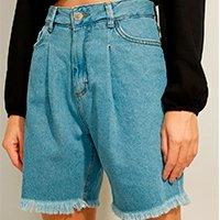 bermuda jeans com pregas e barra desfiada cintura super alta azul claro