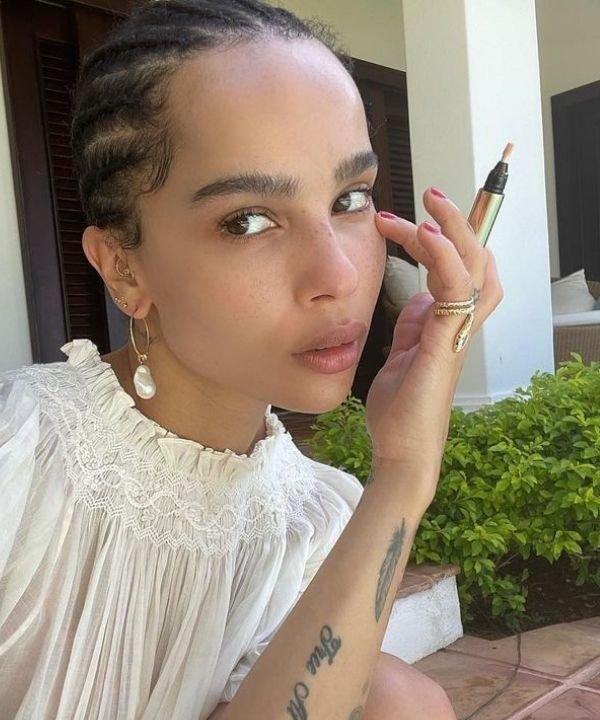 Zoë Kravitz - produtos à prova d'água - make à prova de suor  - maquiagem  - corretivos e bases  - https://stealthelook.com.br