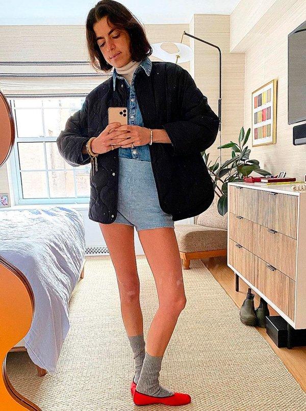Leandra Medine - camisa-jeans - sapatilha - outono - em-casa - https://stealthelook.com.br
