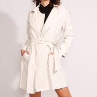 casaco trench coat transpassado com bolsos e faixa para amarrar bege claro