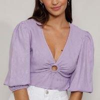 blusa feminina manga bufante cropped maquinetada com argola decote v lilás