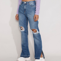 calça jeans feminina reta cintura super alta destroyed com fenda e barra desfeita azul médio